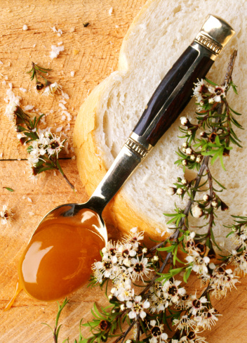 Manuka honey on spoon with bread