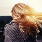 ホホバオイルは40代の髪にこそ使って!髪がパサパサしない、4つの使い方